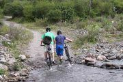 Cruce del río en bicicleta
